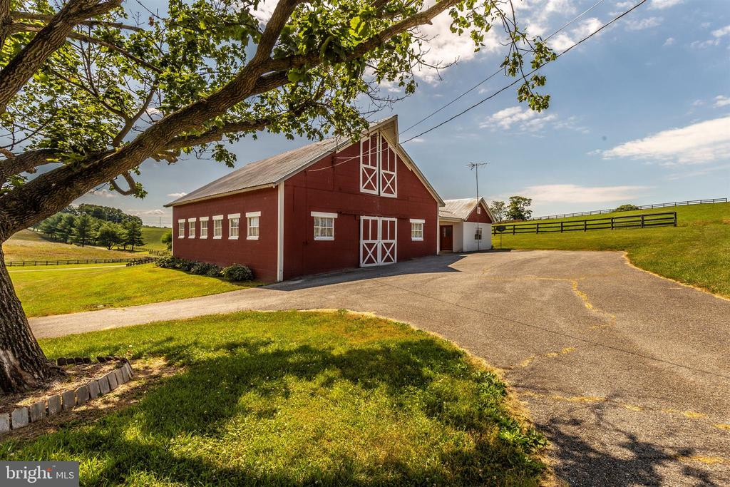 Dairy with brick center aisle and one bedroom apt - 7030 DRUMMINE RD, MOUNT AIRY