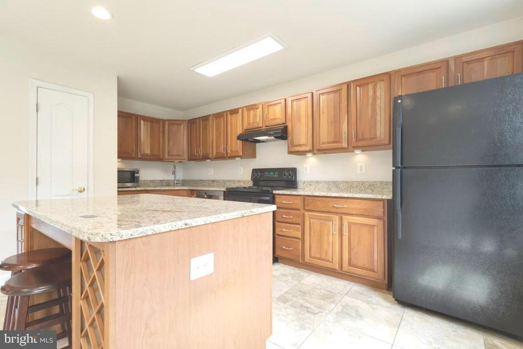 Storage galore and island with wine storage - 255 TOWN BRANCH TER SW, LEESBURG