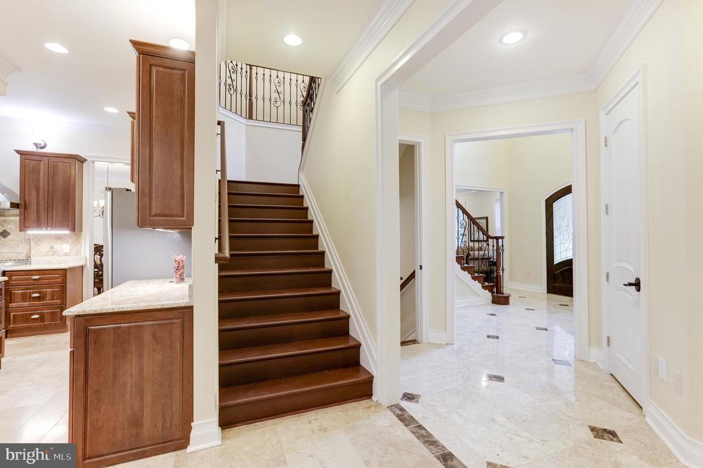 Beautiful Wood Steps and dual staircase opens - 11400 ALESSI DR, MANASSAS