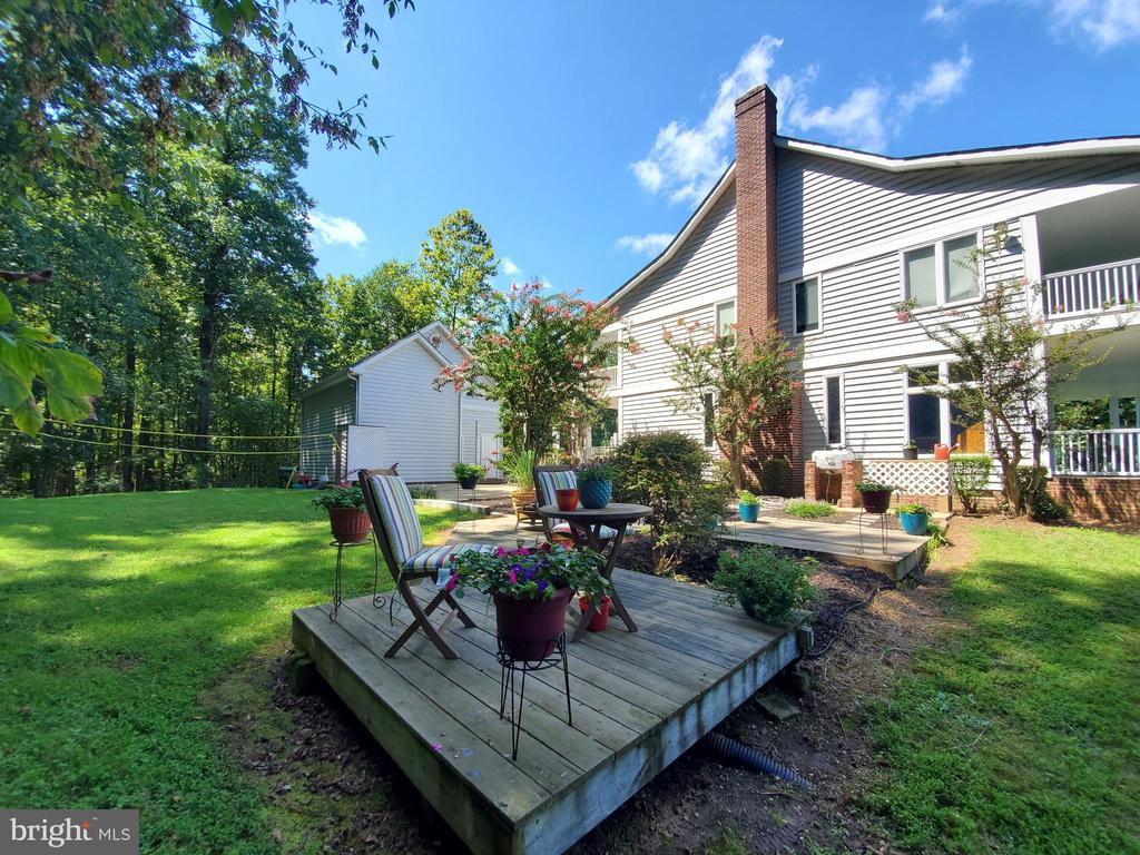 deck and socializing space with landscaping. - 36 POCAHONTAS LN, STAFFORD