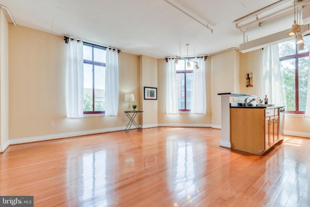 Open floor plan with abundance of natural light - 1201 N GARFIELD ST #316, ARLINGTON