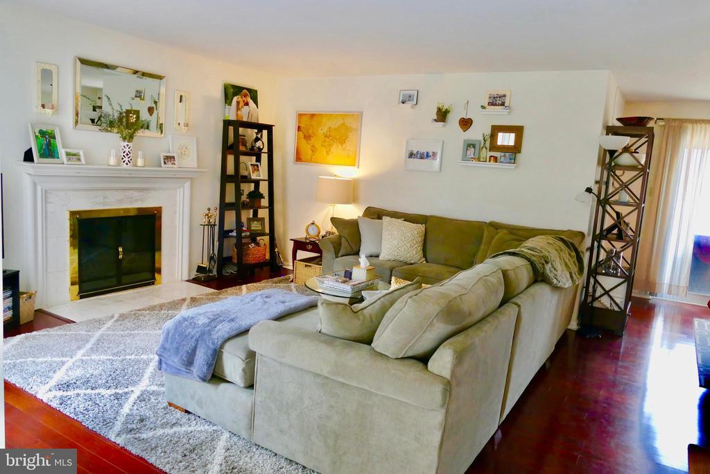 Living Room w/ FP (*Unit Now Vacant) - 1815 N UHLE ST #1, ARLINGTON