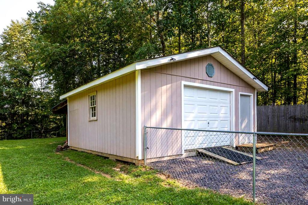 Awesome Garage/Workshop w/nice cabinets! - 3345 RUSSEL RUN RD, LOCUST GROVE