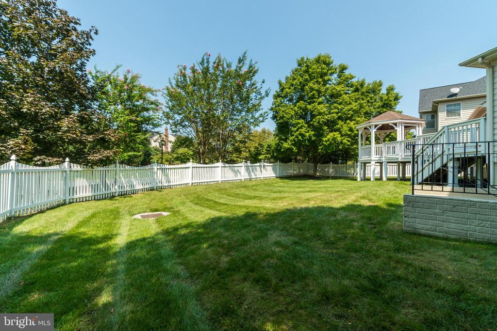 Large fenced backyard - 19920 HAZELTINE PL, ASHBURN