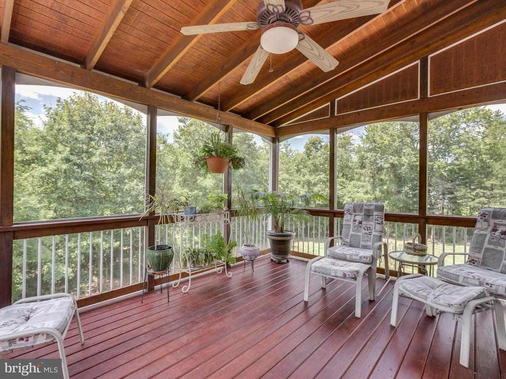 Relax and enjoy the screened-in porch - 42294 IRON BIT PL, CHANTILLY