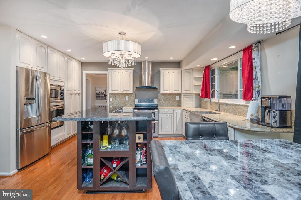Wine Bar / Wine refrigerator on other side - 2014 SCHOONER DR, STAFFORD
