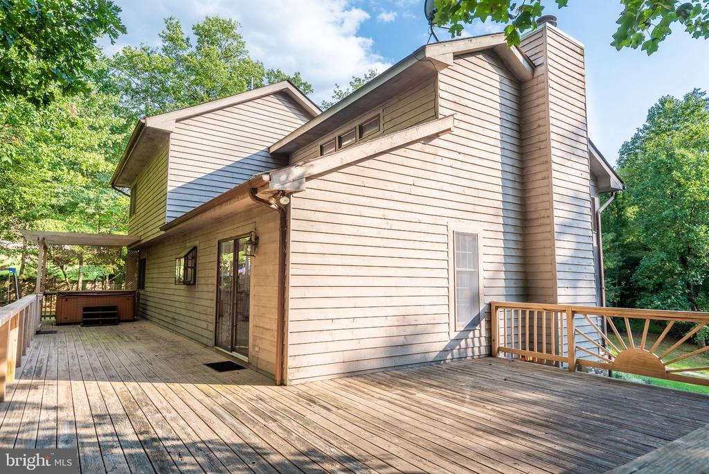 Large deck for outdoor dining and entertaining - 39 CONIFER CT, HARPERS FERRY