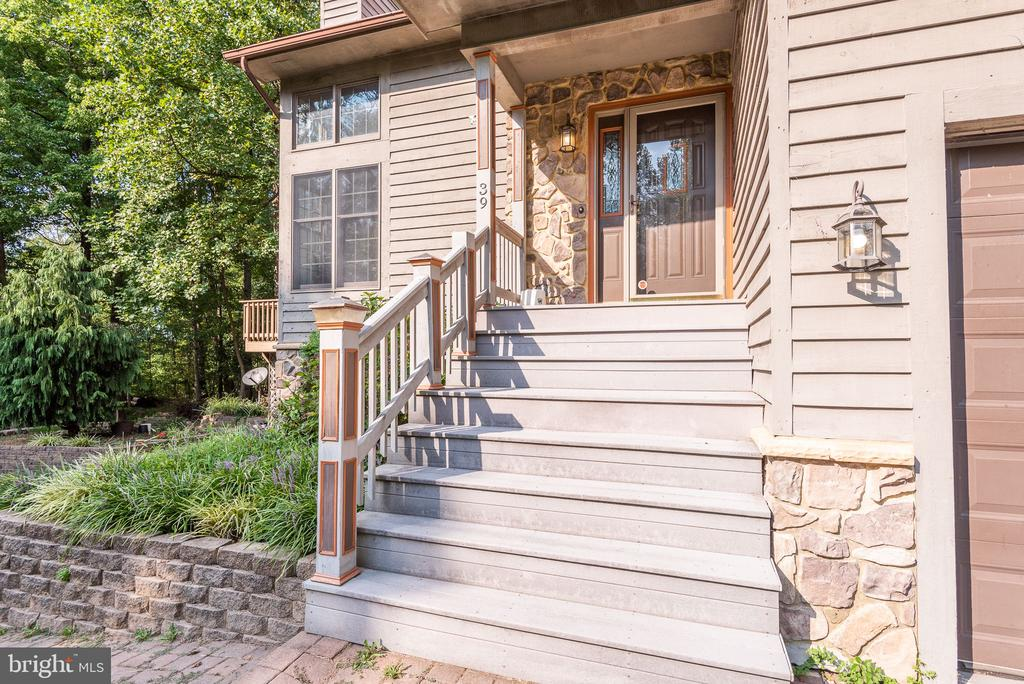 Such an inviting entry way - 39 CONIFER CT, HARPERS FERRY