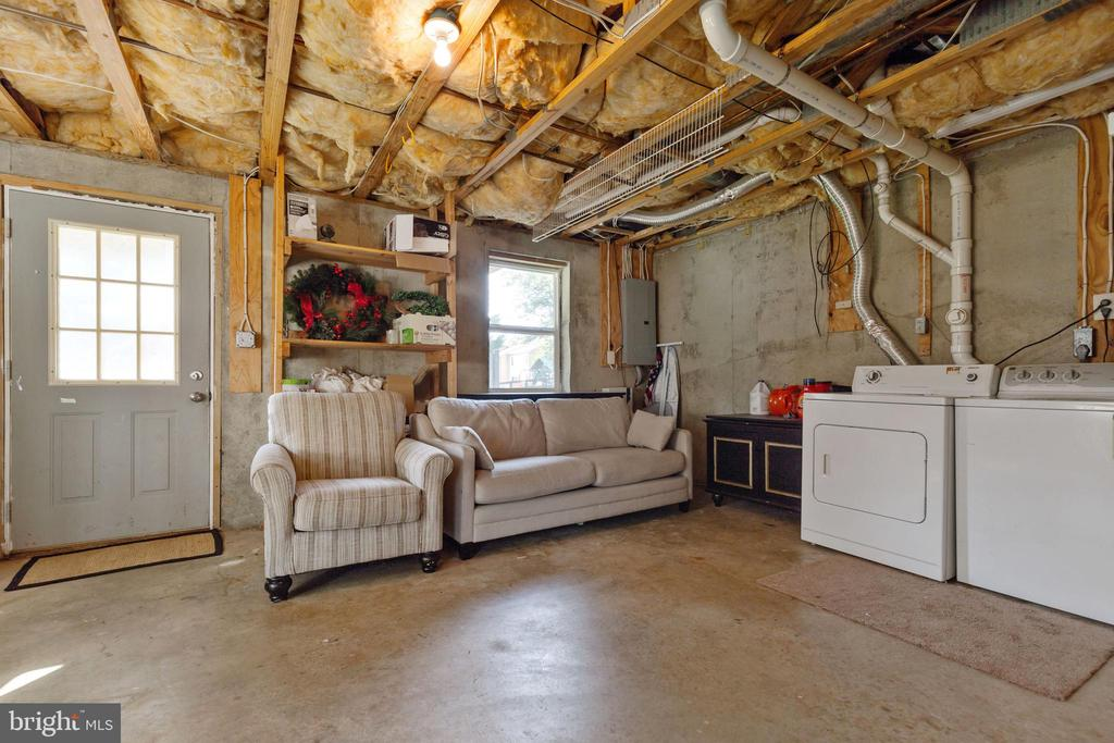 Unfinished walk out lower level area - 701-B WIRT ST SW, LEESBURG