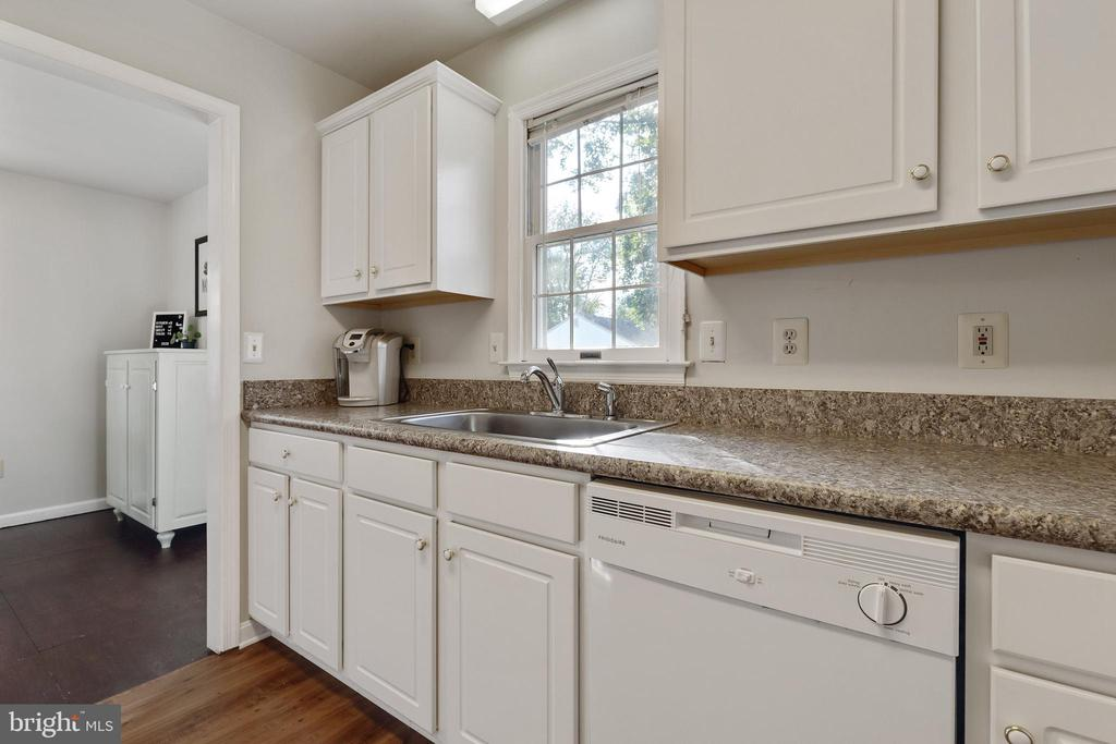 Lots of counter space in kitchen - 701-B WIRT ST SW, LEESBURG