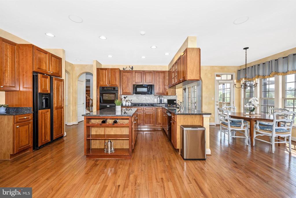 Updated kitchen with center island - 31 BATTERY RIDGE DR, GETTYSBURG