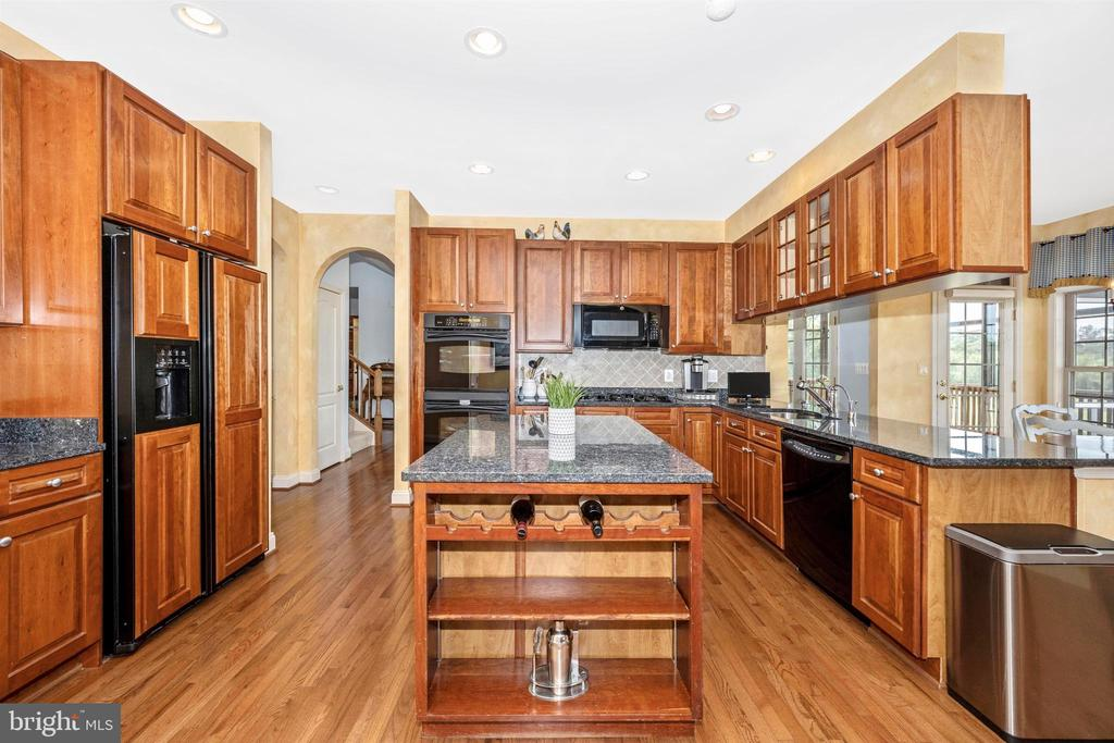 Granite countertops and gorgeous cabinetry - 31 BATTERY RIDGE DR, GETTYSBURG