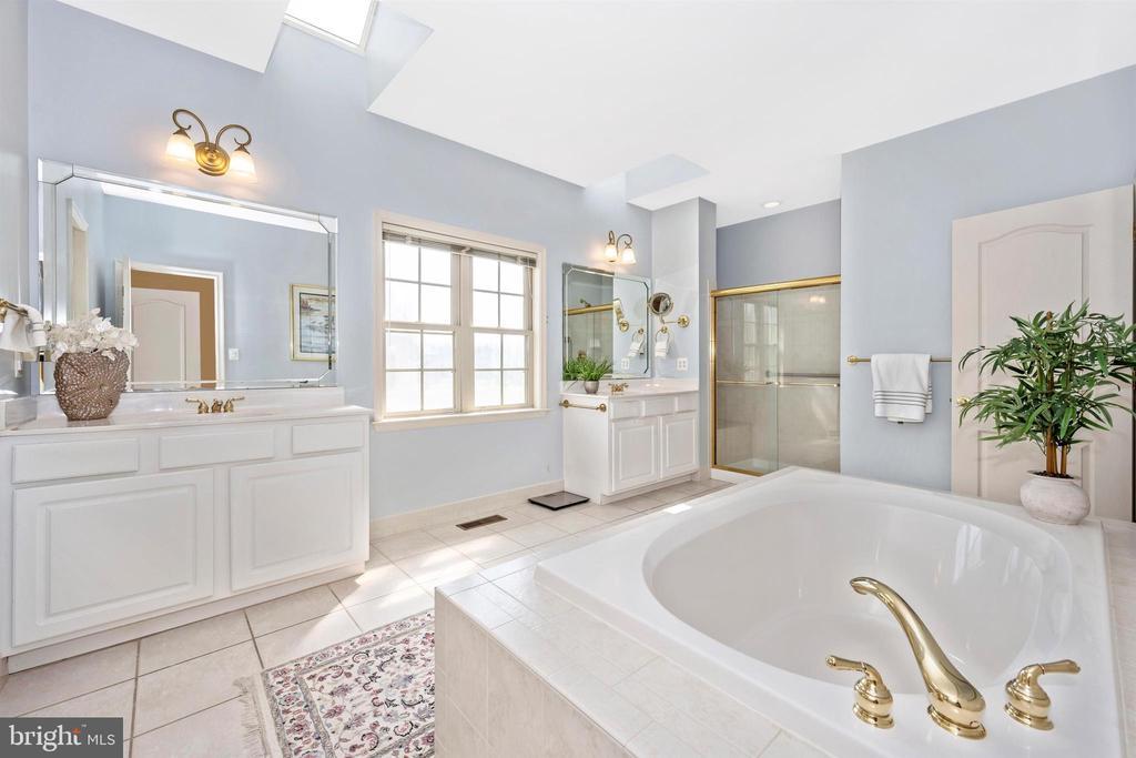 Luxurious master bath with dual vanities - 31 BATTERY RIDGE DR, GETTYSBURG