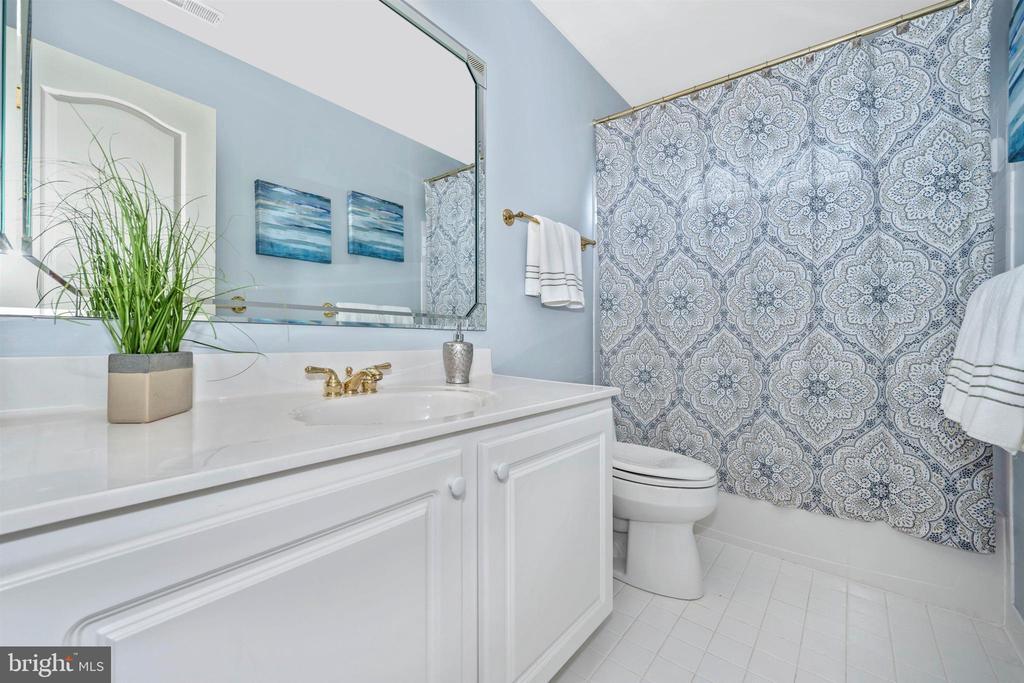 Freshly painted hall bathroom with ceramic tile - 31 BATTERY RIDGE DR, GETTYSBURG