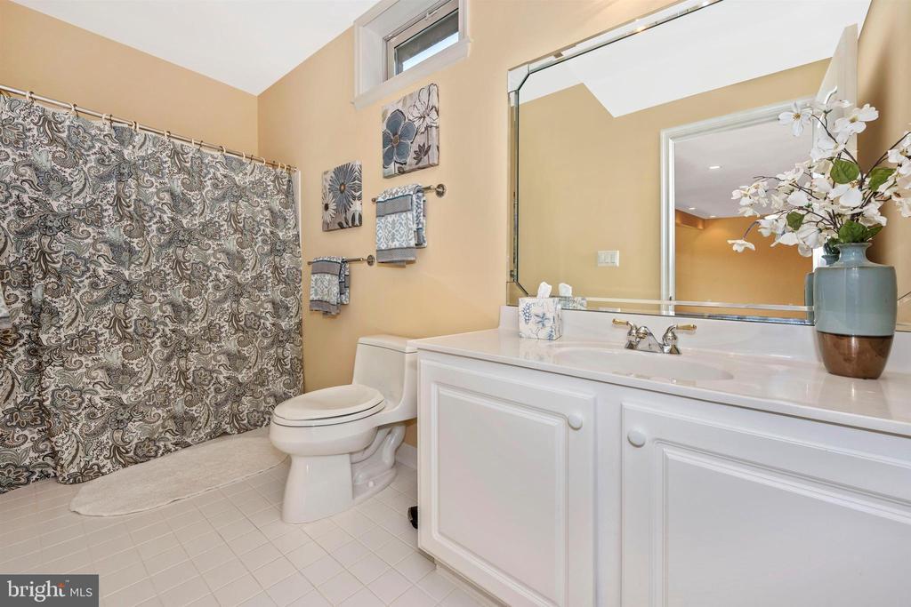 Full bath with ceramic tile in basement - 31 BATTERY RIDGE DR, GETTYSBURG