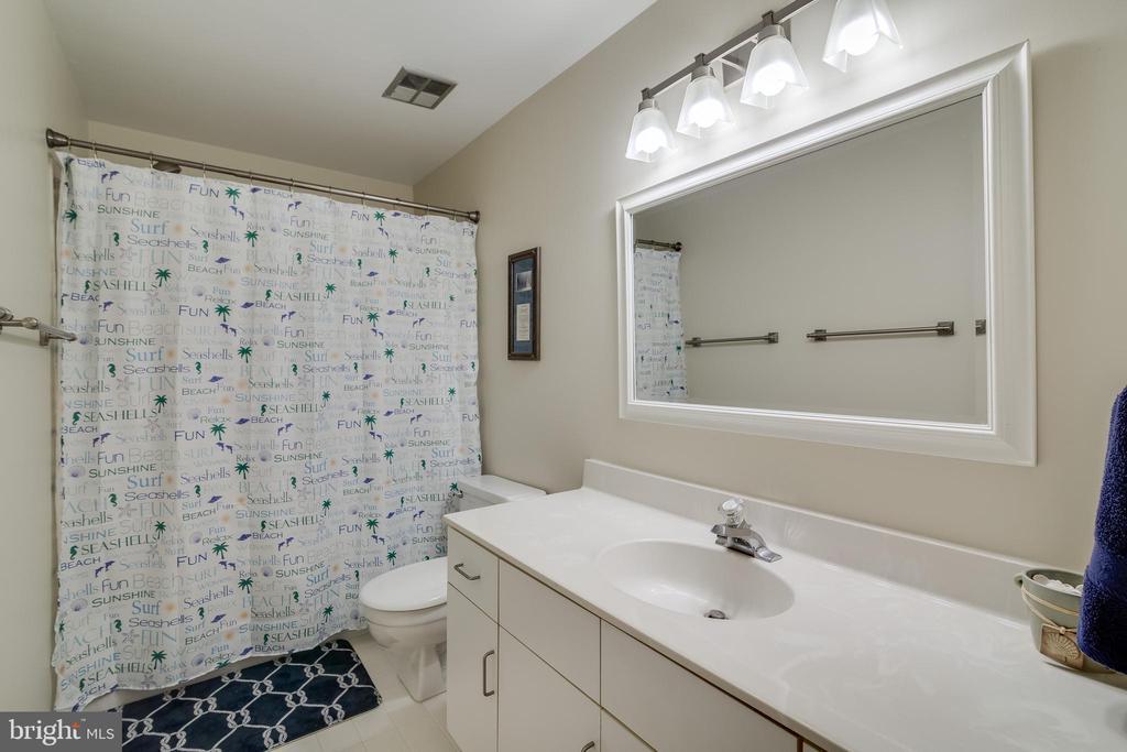 Full bath upstairs - 7586 CROSS GATE LN, ALEXANDRIA