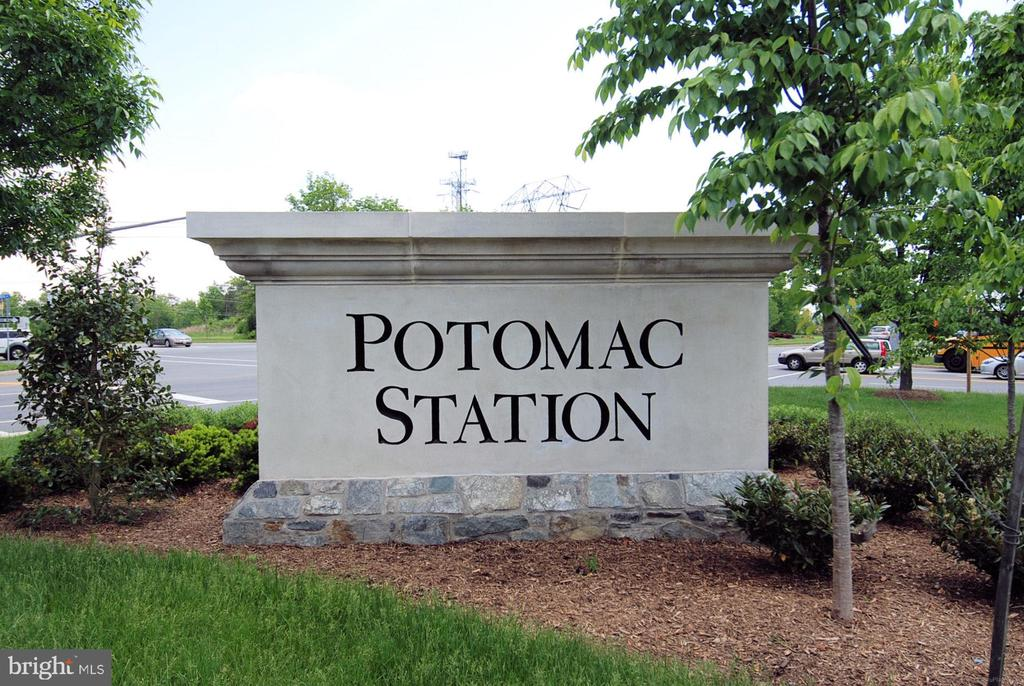 The amenity-rich sought-after Potomac Station! - 18728 POTOMAC STATION DR, LEESBURG
