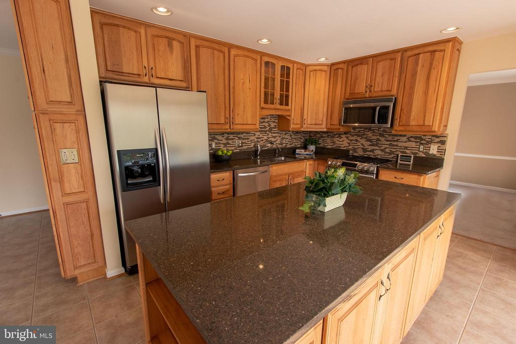 Upgraded kitchen with plenty of storage! - 18728 POTOMAC STATION DR, LEESBURG