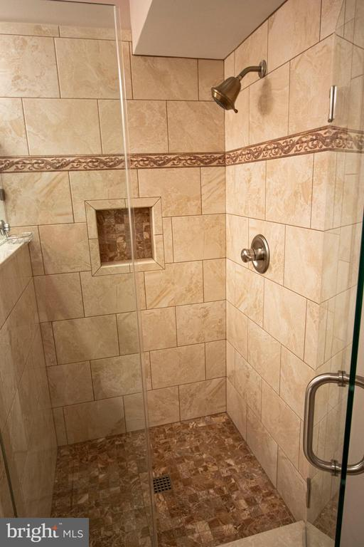 Stone tile shower with frameless door! - 18728 POTOMAC STATION DR, LEESBURG