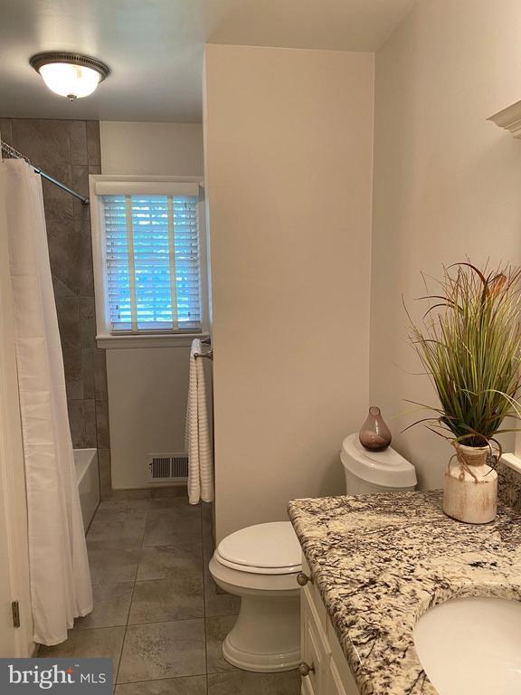 Upstairs hall full bath - 8333 BLOWING ROCK RD, ALEXANDRIA