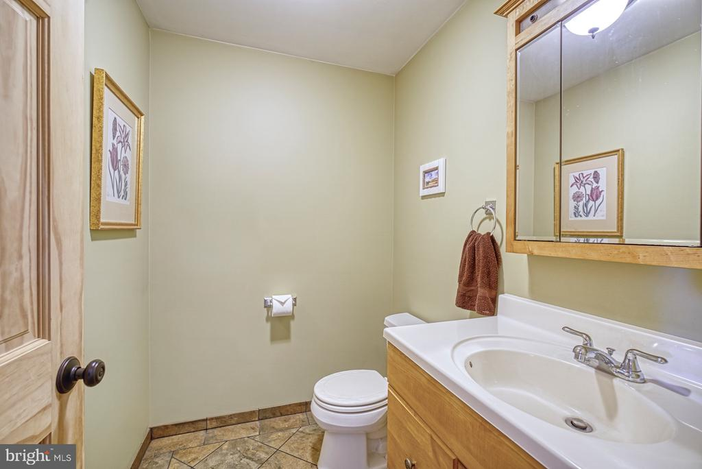 Main Level Half Bath - 12637 MOUNTAIN RD, LOVETTSVILLE