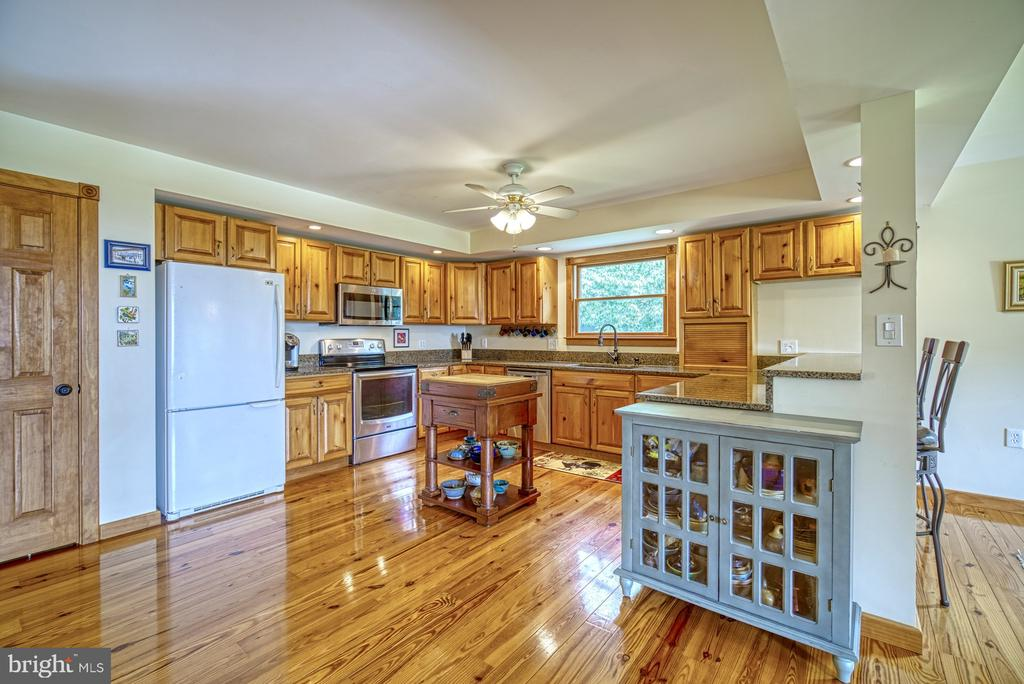 Large Kitchen with Eat-in Bar - 12637 MOUNTAIN RD, LOVETTSVILLE