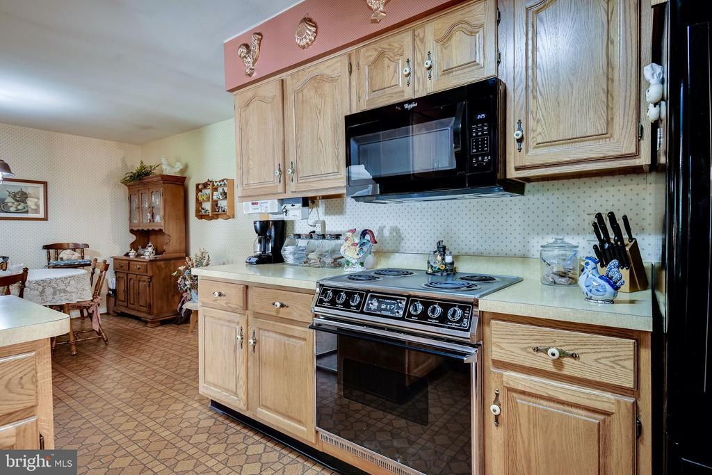 Nice counter and cabinet space - 6906 TOKEN VALLEY RD, MANASSAS