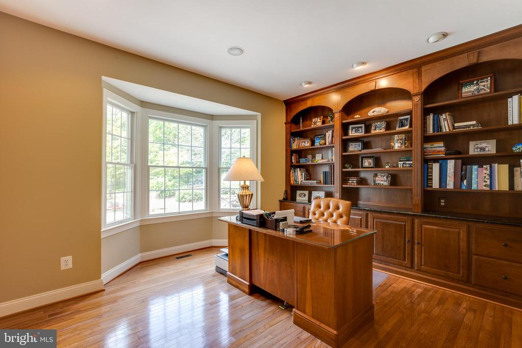 Office with stunning views and built-ins - 17765 BRAEMAR, LEESBURG