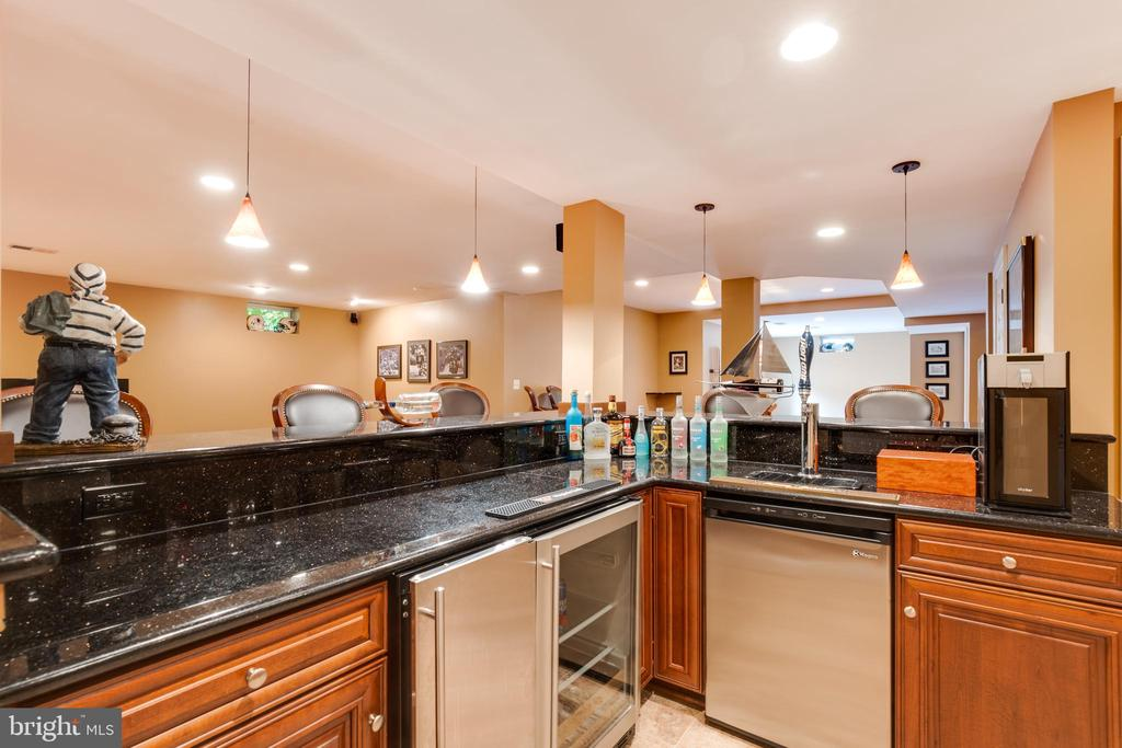 Wet bar with granite counters - 17765 BRAEMAR, LEESBURG