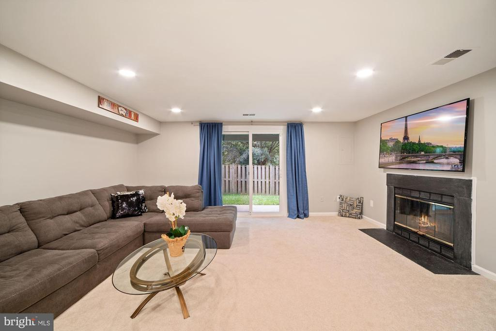 Basement Walks Out to Fully Fenced in Back Yard! - 8486 SPRINGFIELD OAKS DR, SPRINGFIELD