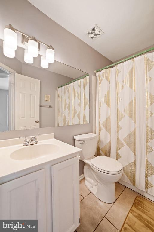 Full Bathroom #2 - Located on Upper Level of Home - 8486 SPRINGFIELD OAKS DR, SPRINGFIELD