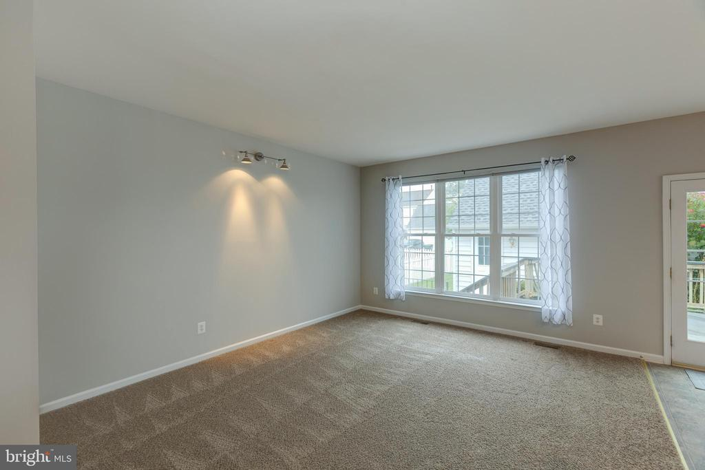 Spacious family room! - 43058 BARONS ST, CHANTILLY