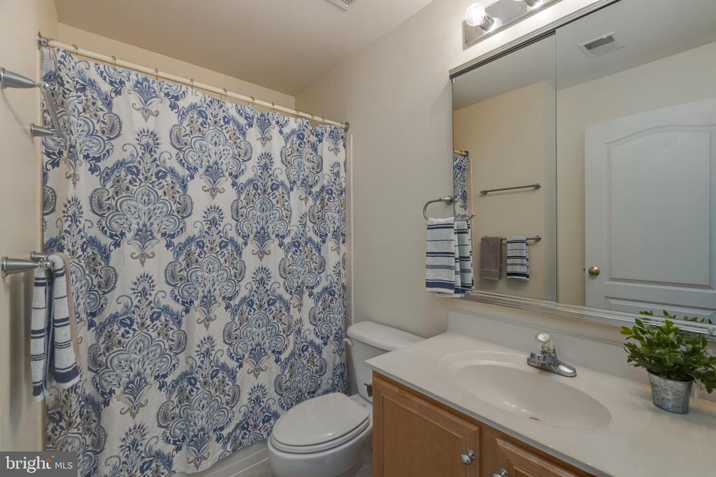 Upper level Hallway bath! - 43058 BARONS ST, CHANTILLY