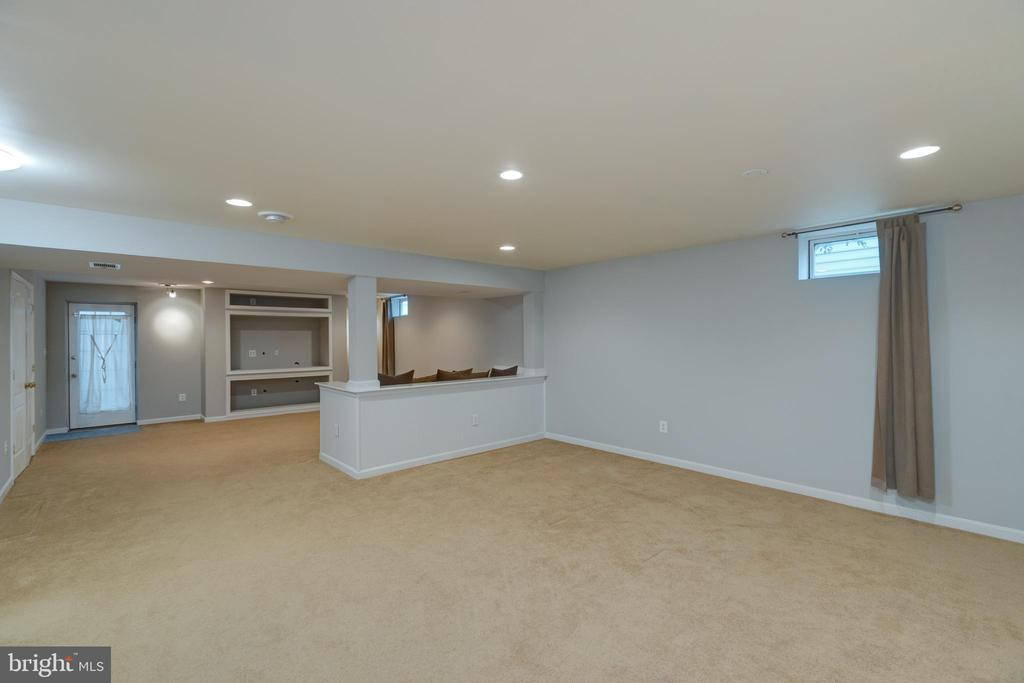 Lower level rec room with lots of space! - 43058 BARONS ST, CHANTILLY
