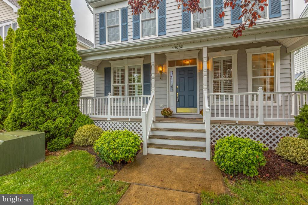 Welcoming front porch to enjoy! - 43058 BARONS ST, CHANTILLY