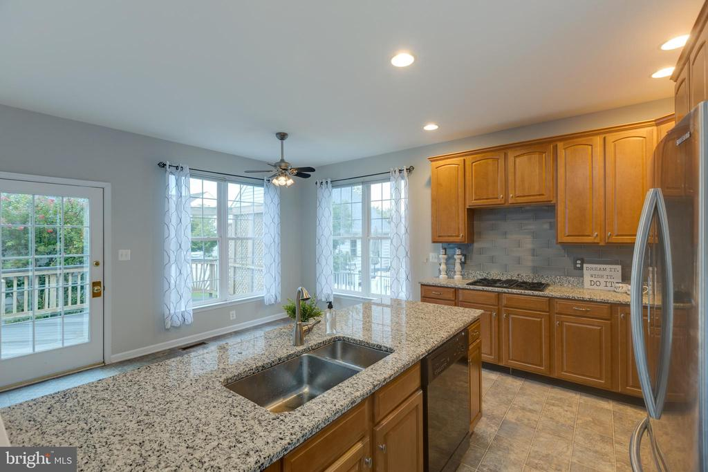Beautiful granite island with pull out drawers! - 43058 BARONS ST, CHANTILLY