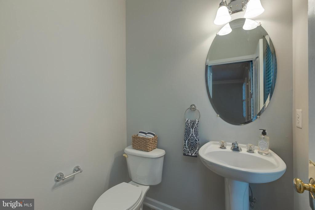 Main level powder room! - 43058 BARONS ST, CHANTILLY