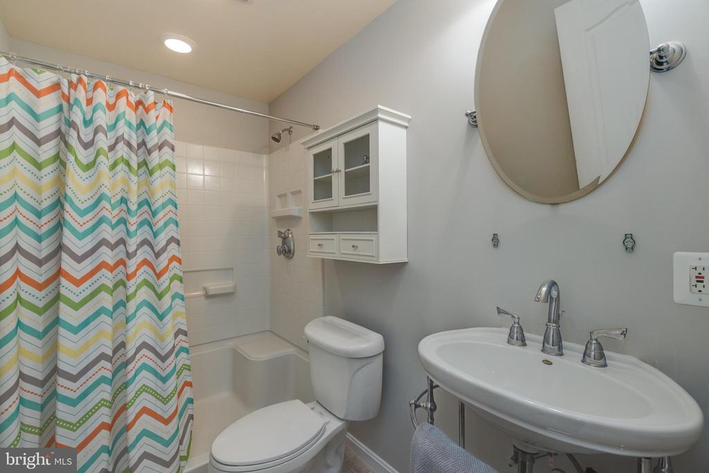 Large lower level full bath for guests & family! - 43058 BARONS ST, CHANTILLY