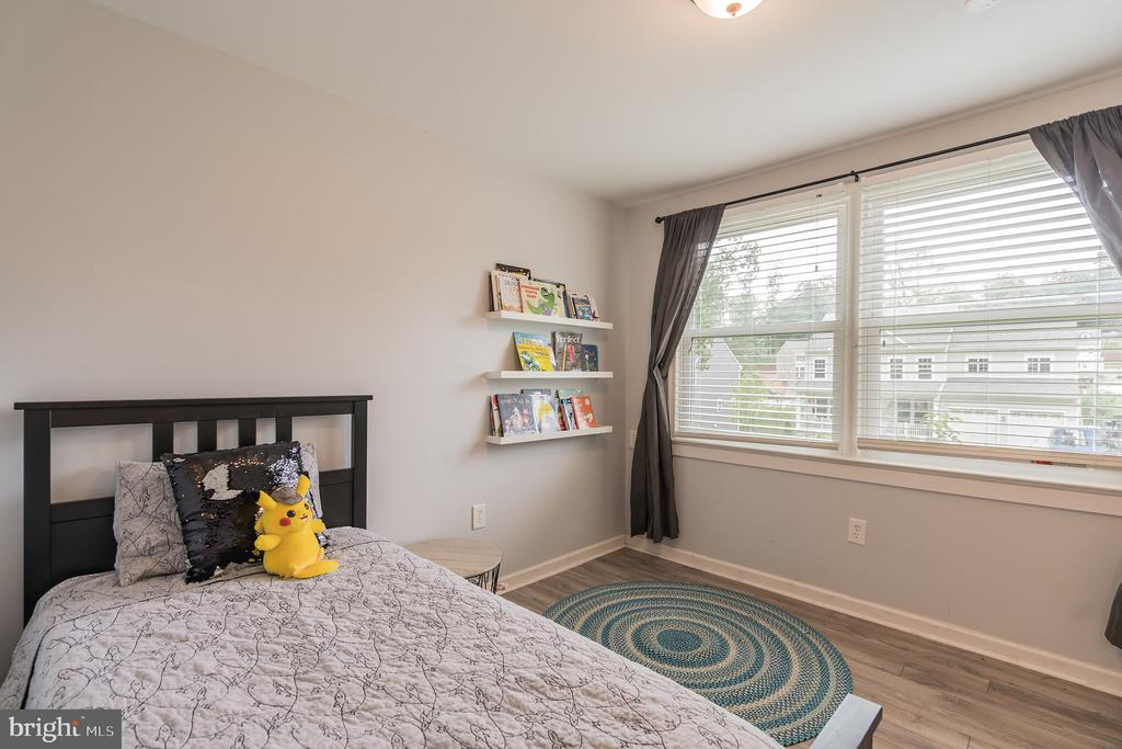 Large window in third bedroom - 19133 WINDSOR RD, TRIANGLE