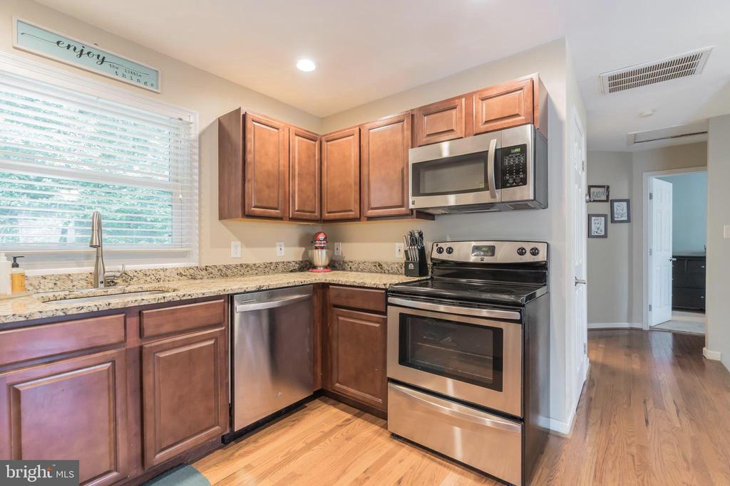 Maple cabinets & granite countertops - 19133 WINDSOR RD, TRIANGLE