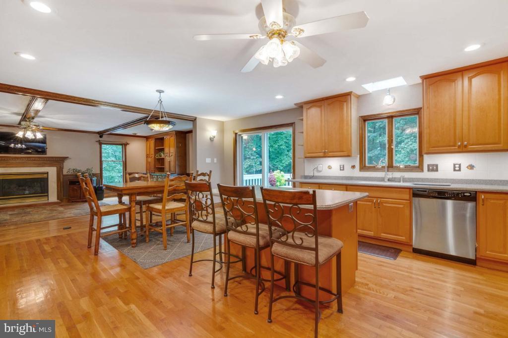 Kitchen opens to family room - 13613 BETHEL RD, MANASSAS