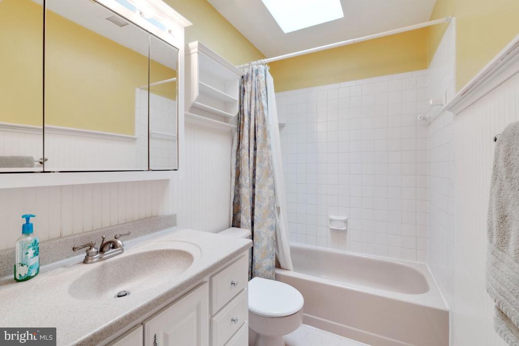 Hall bath with skylight for natural lighting - 13613 BETHEL RD, MANASSAS