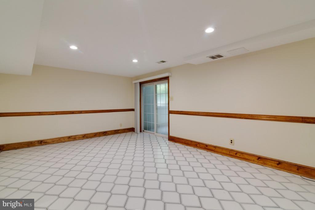 Nice rec room with tile flooring - 13613 BETHEL RD, MANASSAS