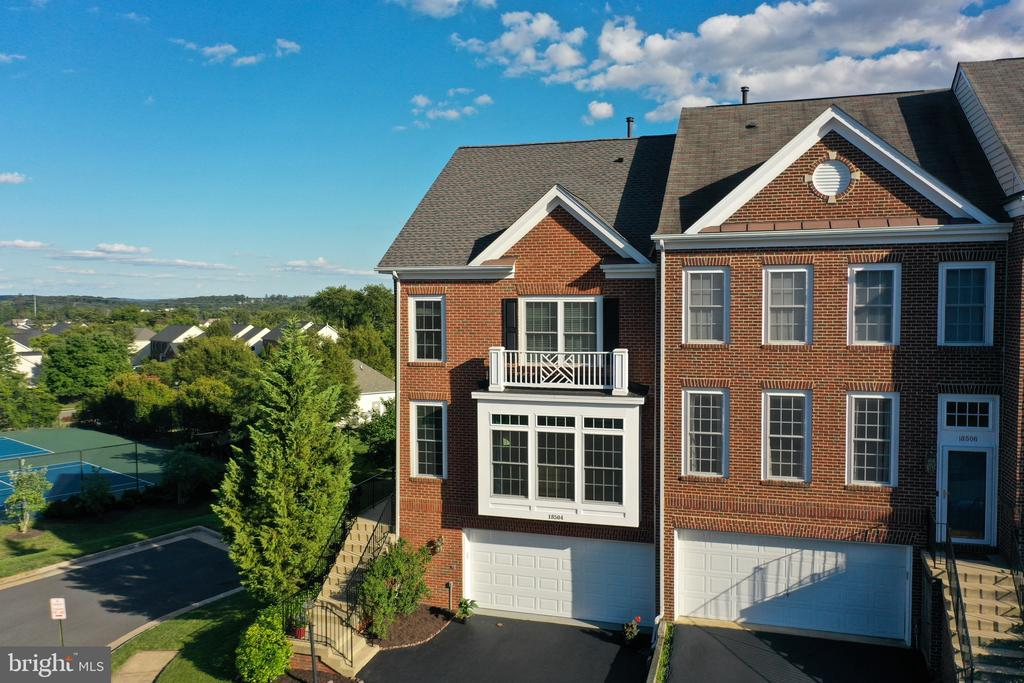 This is the townhouse you've been waiting for!! - 18504 PINEVIEW SQ, LEESBURG