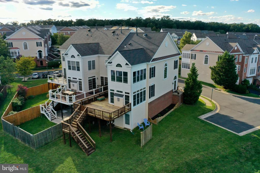 Look at all those NEW windows - natural lighting - 18504 PINEVIEW SQ, LEESBURG