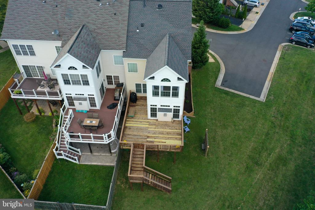 End-unit townhouse with extended bumpout - 18504 PINEVIEW SQ, LEESBURG