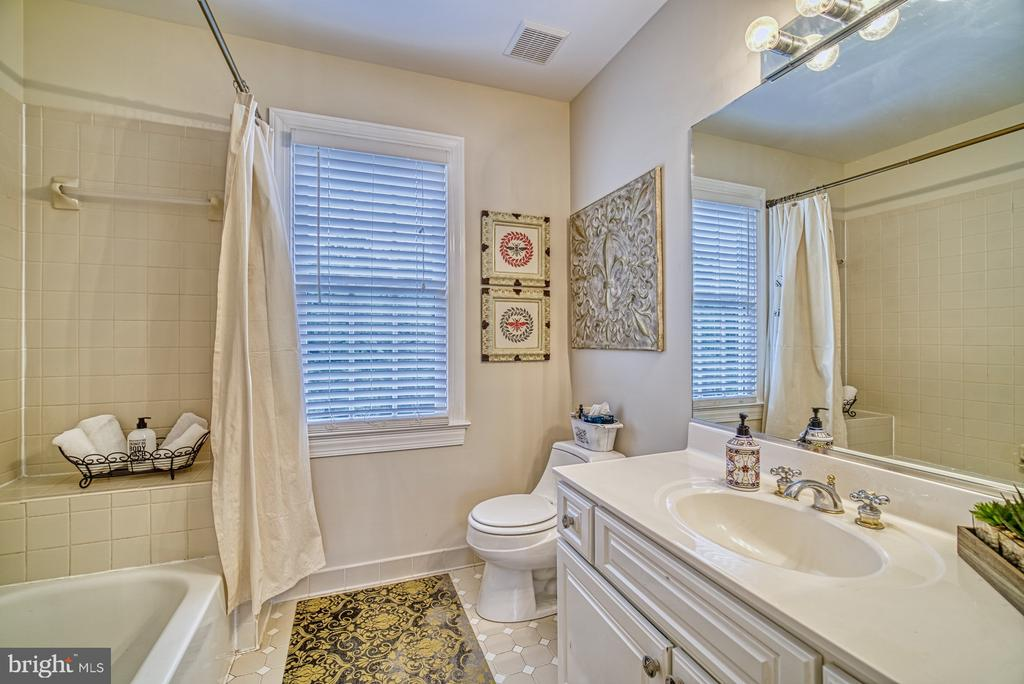 Hallway Bath on Upper Level - 7421 DUNQUIN CT, CLIFTON