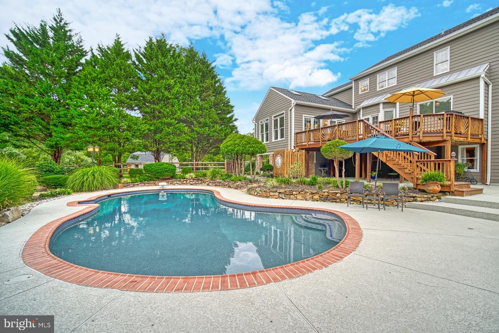 Refreshing Pool w/ Lovely Landscape - 7421 DUNQUIN CT, CLIFTON