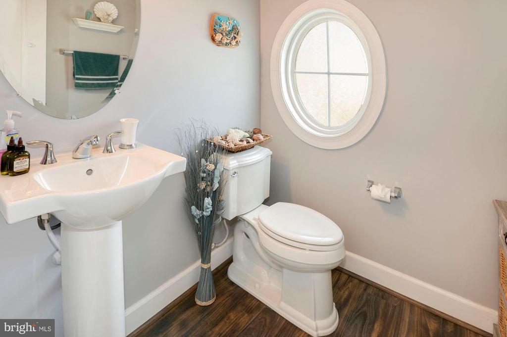 Main level powder room. - 10698 VIEWMONT LN, MANASSAS