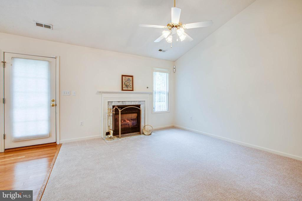 Enjoy your fireplace on cool fall evenings - 11717 COLLINWOOD CT, FREDERICKSBURG